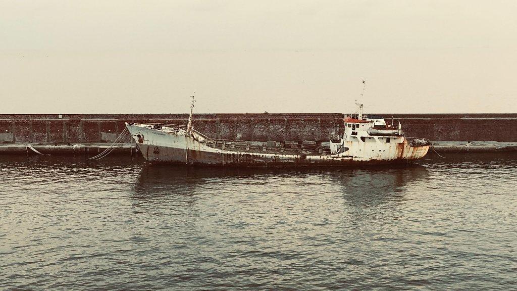alte Schiffe im Hafenbecken